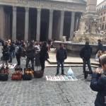 I Retaker puliscono la zona vicino Piramide a Roma